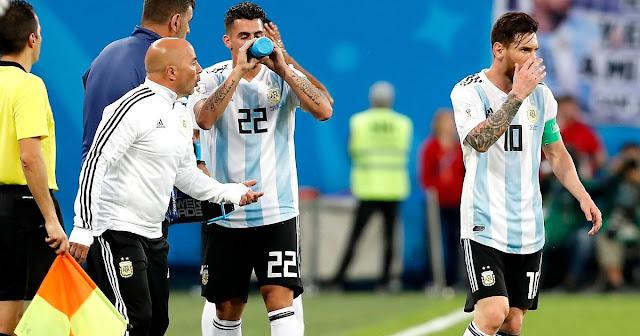 """Messi đã """"sa thải"""" Sampaoli từ trong World Cup"""