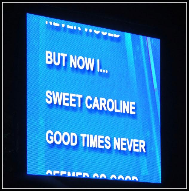 Celebración del 4 de Julio: Pantalla con el Sweet Caroline de Neil Diamond