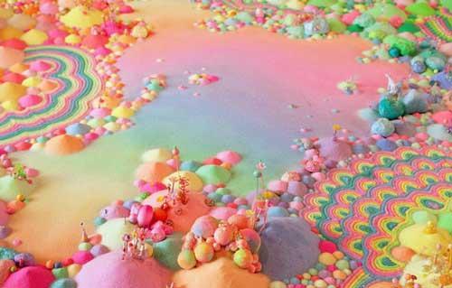 فنان يصنع لوحات فنية ملونة جميلة من الحلوى
