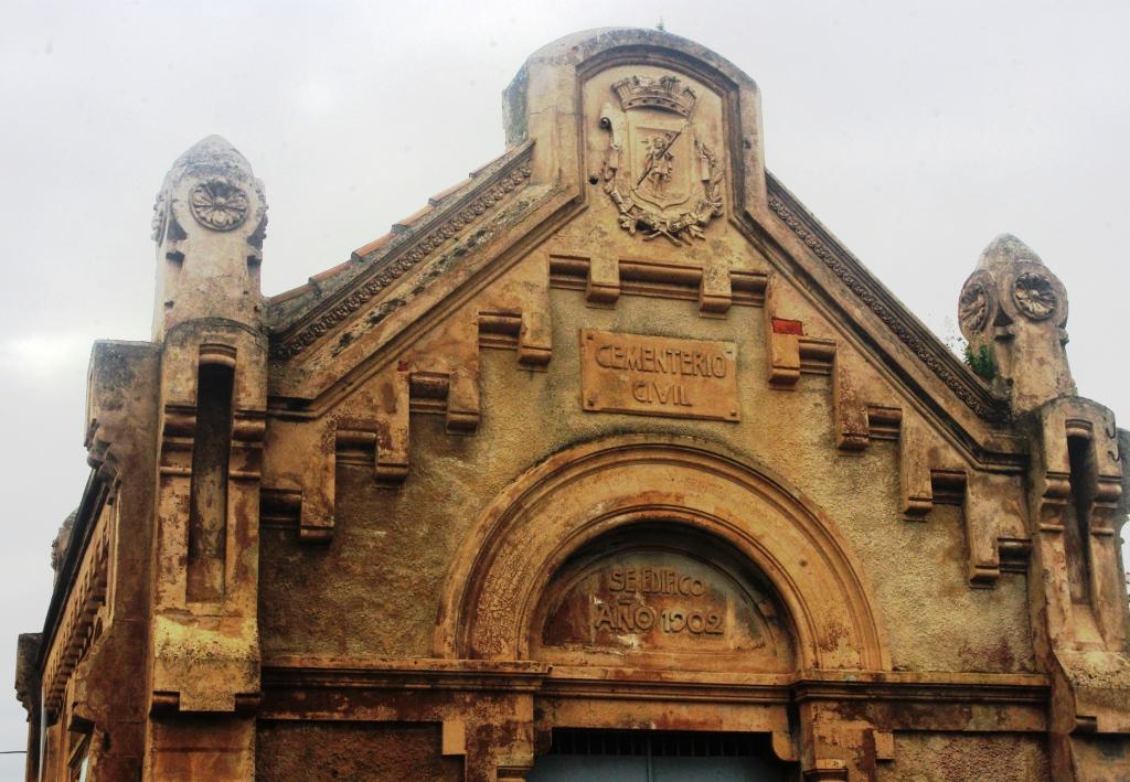 Puerta de acceso al cementerio civil de Gijón (archivo del autor)