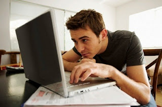 Người ngồi máy tính nhiều có nguy cơ bệnh xương khớp