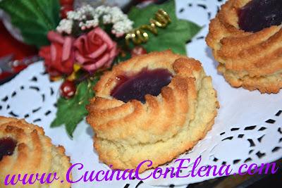 pasticcini di pasta di mandorle con mirror ai frutti di bosco