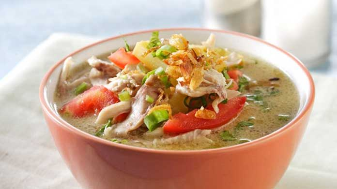 Soto adalah salah satu kuliner khas Indonesia yang memiliki varian berbeda di setiap daerah. Keragaman berbagai sup di Indonesia telah membuat berbagai cara untuk membuat soto di negara ini. Apalagi di setiap daerah bahkan ada beberapa varian. Walaupun pada dasarnya soto ayam adalah makanan yang memiliki kunyit kuning, dengan abon ayam di dalamnya, ada banyak varian sup ayam. Seperti sup ayam Lamongan, soto ayam, dan banyak lagi. Tentu saja cara membuat sup ayam yang berbeda membuat karakteristik setiap hidangan juga beragam. Rasa dan cara membuat sup ayam berbeda dari masing-masing daerah, tetapi pada dasarnya ada banyak kesamaan. Ada beberapa bahan dasar yang sama, tetapi tentu saja selalu ada bahan yang ditambahkan sehingga terasa berbeda walaupun metode pembuatan sup ayam berbeda. Penjual sup ayam memang menjamur. Tetapi tidak ada yang salah jika Anda mencoba membuat sup ayam sendiri di rumah Anda. Berikut ini adalah resep dan cara membuat sup ayam seperti dikutip dari Liputan6.com, Selasa (8/7/2018) dari berbagai sumber. Berikut cara membuat soto ayam lengkap dengan bahan dan juga langkah-langkah pembuatannya. Bahan: Ayam 1 ekor Kol 200 g, iris tipis Tauge 200 g, bersihkan dan kukus hingga matang Kentang 4 buah, bersihkan, iris tipis Tomat 2 buah, bagi menjadi 6 bagian Soun 50 g, rendam dengan air panas Telur ayam 3 butir, rebus hingga matang kemudian iris menjadi 4 bagian Air 2 LBawang goreng 50 g Daun jeruk 3 lembar Serai 2 batang Daun salam 2 lembar Daun bawang 1 batang, iris halus Lengkuas 25 gMinyak goreng 2 sdm Kunyit 2 cmKemiri 4 buahJahe 15 g Bawang merah 3 buah Bawang putih 2 siungMerica sdt Garam 2 sdm Jeruk nipis 1 buah, bagi menjadi 8 bagian Cara membuat soto ayam: Haluskan kunyit, kemiri, jahe, bawang merah, dan bawang putih. Lalu tambahkan merica dan garam. Siapkan penggorengan dengan api sedang, lalu tumis bumbu yang sudah dihaluskan dengan minyak goreng. Masukkan Daun jeruk, daun salam, serai, dan lengkuas. Tumis bumbu hingga harum.Siapkan panci
