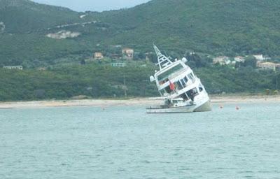 Προσάραξη σκάφους στην παραλία των Συβότων