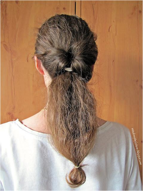 Fryzura z chustą do włosów, zawijany wywijany