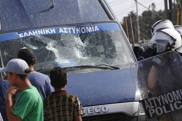 Σκηνές χάους στην Ειδομένη: Λαθρομετανάστες διέλυσαν όχημα της Αστυνομίας και προπηλάκισαν γιατρούς μετά από ατύχημα - ΒΙΝΤΕΟ