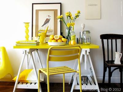 mesa de trabajo amarilla