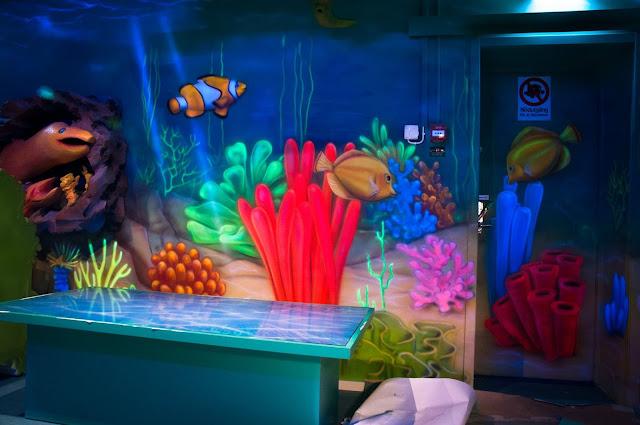 Malowanie farbami UV, Malowidło ścienne wykonane w ultrafiolecie, obraz świecący w ciemności.