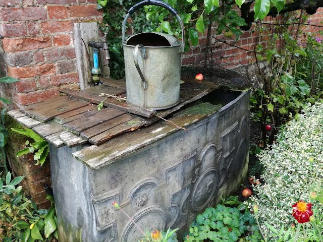 angielski ogród, zbiornik na wodę