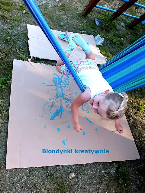 Malowanie na hamaku- sensoryczna zabawa na świeżym powietrzu.