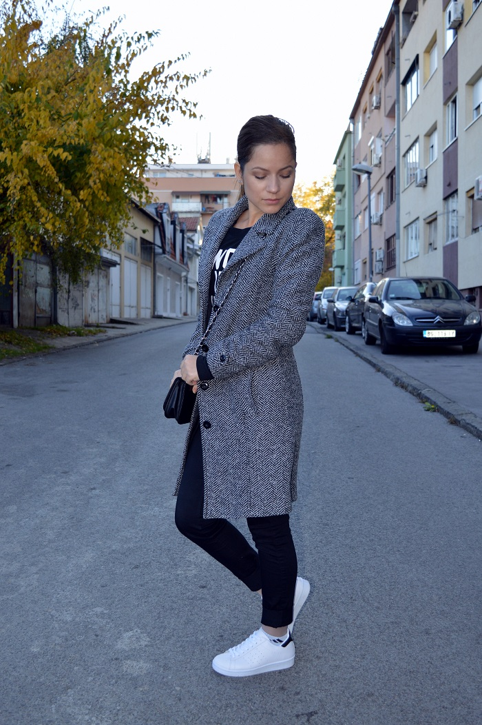 outfit, styling grey coat, pimkie coat, i woke up like this, h&m black jeggings, white sneakers, adidas originals superstar