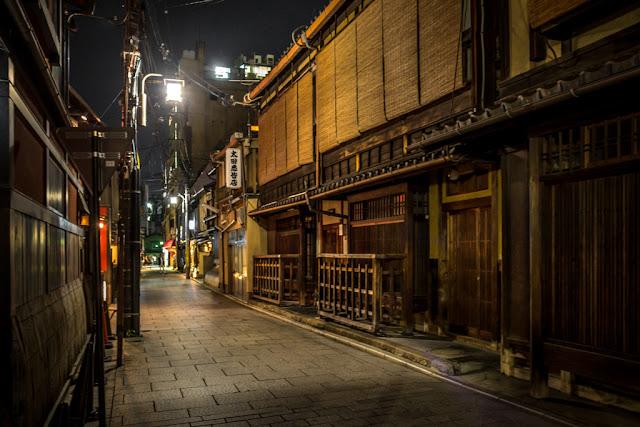 En Yasaka Kamimachi :: Canon EOS5D MkIII | ISO1600 | Canon 28mm | f/3.5 | 1/6s
