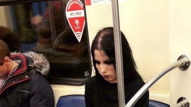 Η ΦΩΤΟ της κοπέλας στο Μετρό της Μόσχας που κερδίζει χιλιάδες likes και retweets