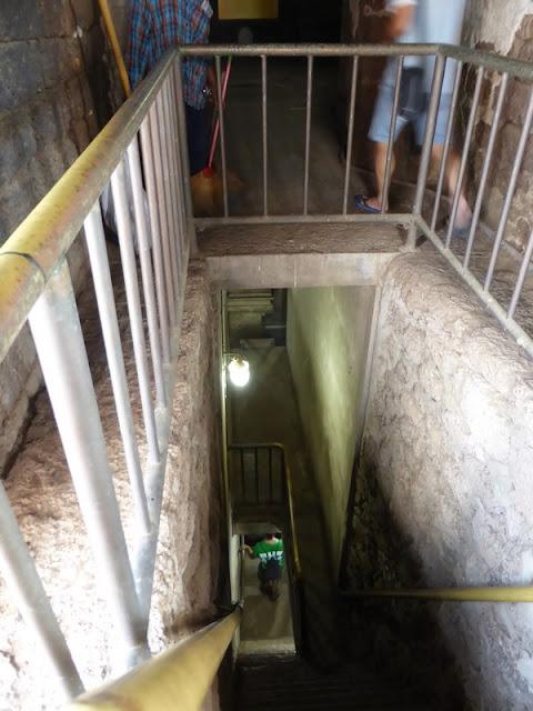 Acceso a la cripta del Wat Ratchaburana
