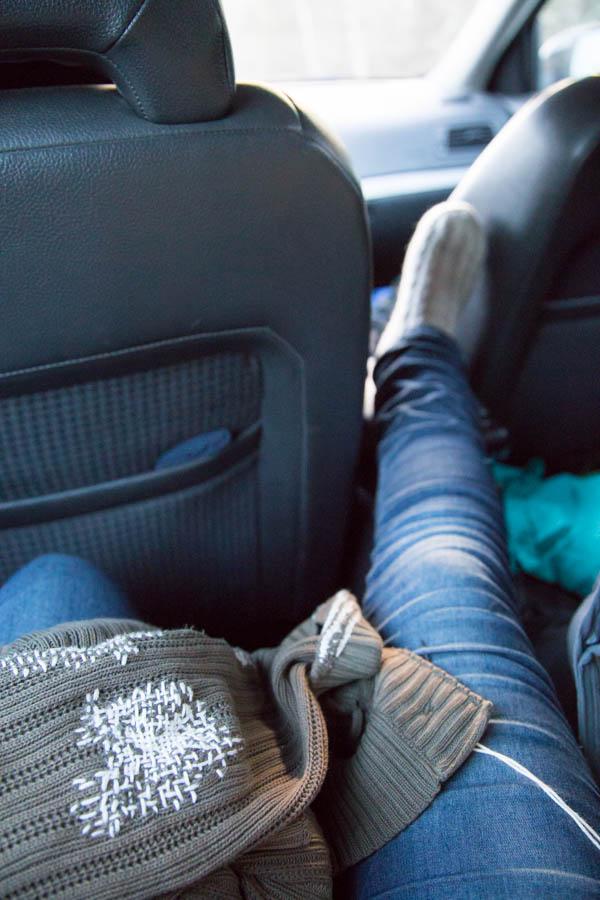 Ikuisen neuletakin korjausta autossa