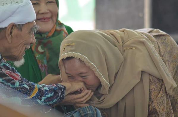 Putri Gus Dur, Alisa Wahid Mencium Tangan KH. Maimoen Zubair. Photo: cakshon.com