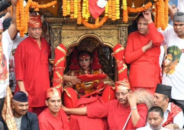Selama prosesi tradisi perayaan, dia diarak melalui Kathmandu
