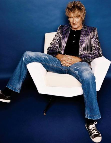 Foto de Rod Stewart posando sentado