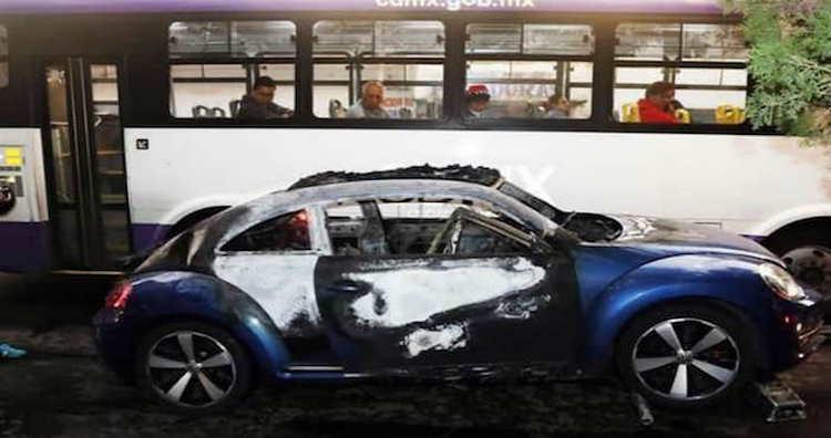Dos sujetos calcinados son hallados dentro de la cajuela de un auto en Xochimilco, CdMx