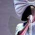 Sia muestra un seno por error