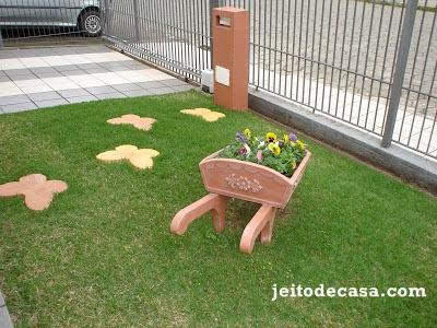 gramado-decorado-pisantes-e-carrinho-de-flores