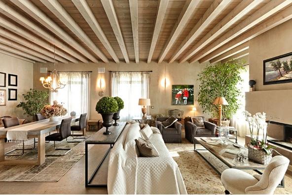 esta casa en italia es fcil imaginarse en algn lugar de la provenza objetos antiguos de decoracin y la madera antigua en diferentes roles el