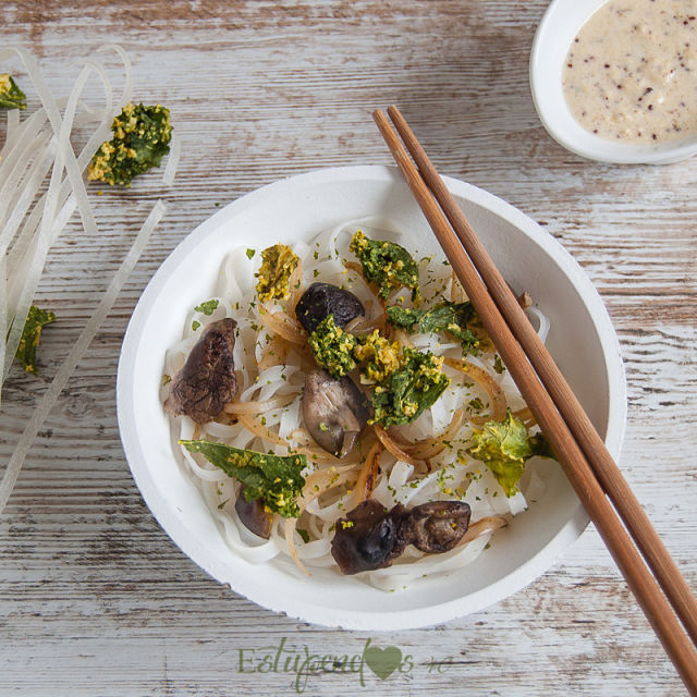 tallarines-de-arroz-con-crujiente-de-kale