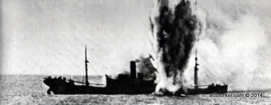 Desde el comienzo de la guerra entran en acción los submarinos alemanes. Un buque británico alcanzado por un torpedo lanzado desde un U-Boot al acecho.