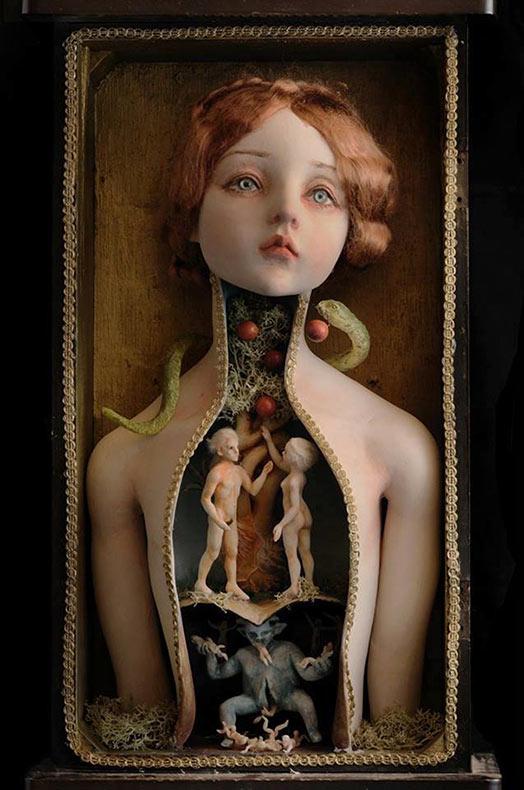 Muñecas de fantasía ocultan mundos oscuros y retorcidos dentro de sus vientres