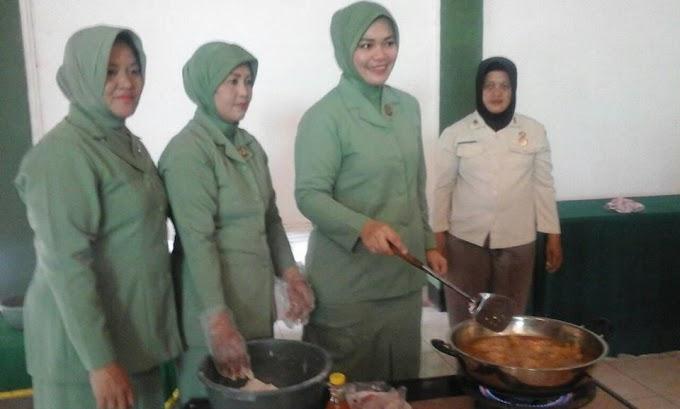 Anggota Persit KCK Kodim Depok Belajar Bikin Fried Chiken