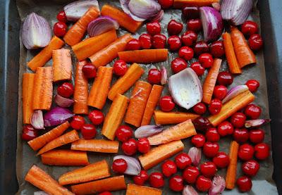 cerises, oignons rouges, ail et carotte rotis au four