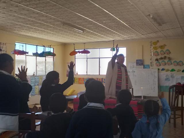 Beim Gottesdienst in El Tholar. Ich erkläre den Schülerinnen und Schülern, wie man das Kreuzzeichen macht.