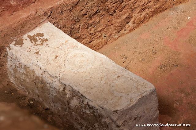Detalle de posavasos en altar de Cancho Roano