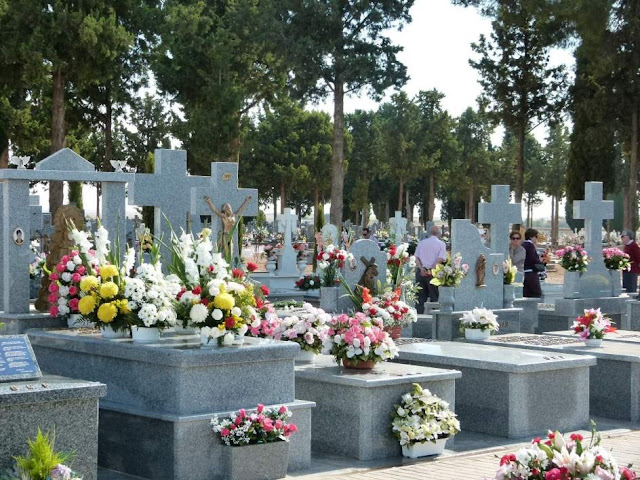 Cementerio decorado para el dia de todos los santos