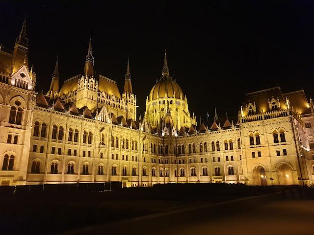 בניין הפרלמנט בלילה