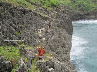 bebatuan enuju pulau kalong