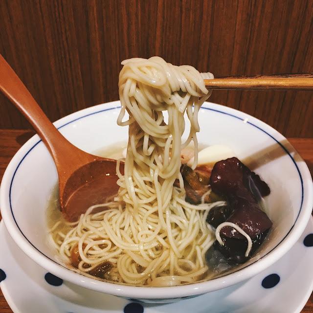 搭配的白細麵,口感上算是順口,帶點麵條本身的鹹味,倒是蠻適合淡麗的湯頭。