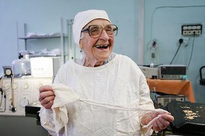 Αυτή είναι η γηραιότερη χειρουργός στον κόσμο. Και συνεχίζει...