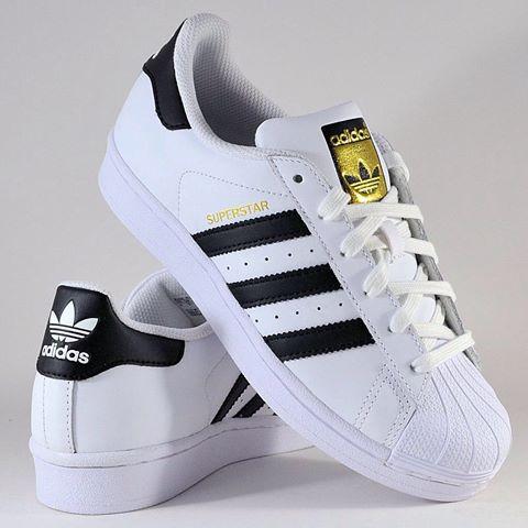 Model yang simpel dengan perpaduan warna yang mayoritas putih dan sentuhan  tiga garis yang menambah keeleganan sepatu ini menjadi ... 7cbf2c7abd