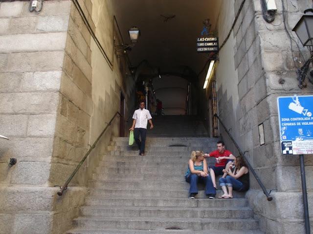 Calle escalerilla de piedra