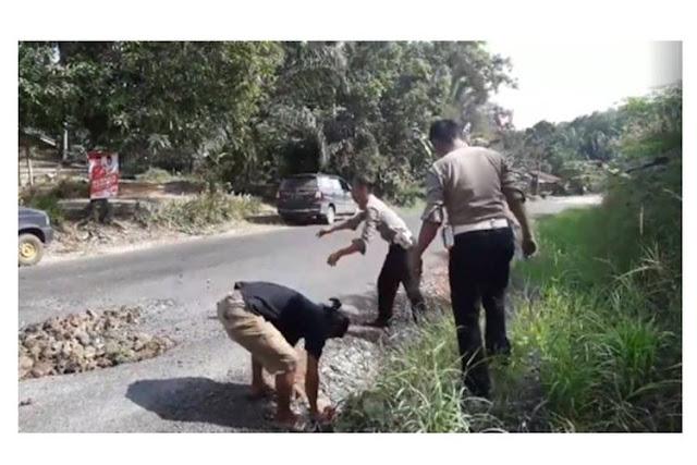 Videonya Tengah Menambal Jalan Viral, Polisi Ini Ceritakan Kisahnya