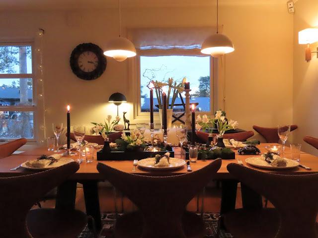 Borddekking til julehøytiden - sort, grønt og hvitt. Oversiktsbilde IMG_0076
