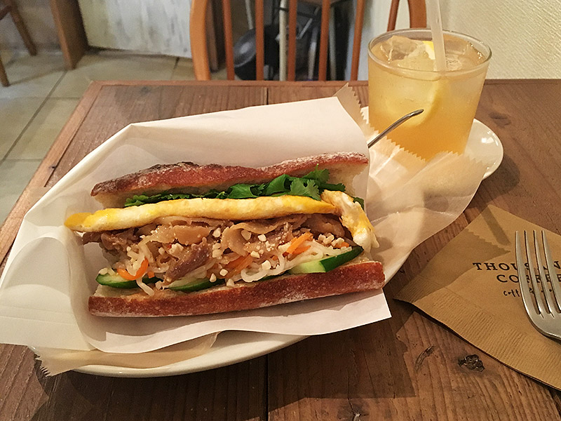 西新宿五丁目から徒歩5分ほどにある隠れ家カフェ『THOUSAND COFFEE』のバゲットサンドイッチ ーベトナム風とレモンスカッシュ