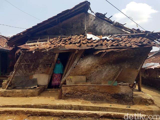 Tak Ada Bantuan Sepeserpun, Keadaan Rumah Ibu ini Sangat Memprihatinkan, Bahkan Lurahnya pun Tak Menggubris