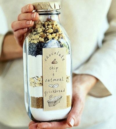 Masukkan adonan siap pakai ke dalam toples kaca, tempelkan label berisi 'cara membuat', dan quick bread in a bottle siap dijadikan hadiah.
