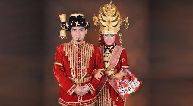 Suku Batak adalah Suku Bangsa Indonesia Yang Tersebar dan Terbesar di jagad Nusantara Republik Indonesia khususnya daerah Sumatera Utara.Selain terkenal dengan Seni dan budaya-Nya di mata Dunia,Ternyata Pantun,syair, pepatah,gurindam,hikayat,peribahasa atau dalam bahasa Suku bataknya biasanya akrab di sebut umpama/umpasa,yang di gunakan berbeda juga sesuai pembagian Suku Batak Itu sendiri.   Pakaian Adat Suku Batak Mandailing(Angkola)   Dari kelima jenis Suku Batak yaitu Toba,Karo,Simalungun,Pak-pak,Mandailing(angkola),Pada Artikel kali ini Topik Referensi Akan Menuliskan Kumpulan Umpasa Batak Angkola(Mandailing).  Baca Juga : Salam Khas Dari Berbagai Jenis Suku Batak Kumpulan dan Macam-macam Umpasa Budaya Batak Toba Kumpulan Pantun Umpasa Batak Lucu Dan Gokil Kamu Orang Batak? inilah Falsafah Hidup Yang Harus Kamu Terapkan(Dalihan Na Tolu) Bagian Bagian Surat Undangan Pernikahan Suku Batak dan Contohnya Arti dan Makna Di Balik Kata Horas Pada Suku Batak Toba  Penyebaran Suku Batak Mandailing,kini menyebar dimana-mana.Suku Batak Mandailing secara geografis memang sudah sangat dekat dengan Sumatera Barat yang mayoritas Islam, sementara Batak (Toba) adalah tetangganya, yang hampir juga dipengaruhi agama Islam. Suku Batak Toba biasanya Menyebutnya Dengan panggilan Batak Tapsel ( Tapanuli Selatan)karena awal pertama lahirnya batak Angkola atau mandailing adalah dari Tapanuli selatan yaitu(Sipirok,sidempuan,somba debata,lobu sinaungan sampai arah Sumatera Barat tepat di perbatasan dengan Padang.  Berikut adalah Pantun,syair, pepatah,gurindam,hikayat,peribahasa atau dalam bahasa Suku bataknya biasanya akrab di sebut umpama/umpasa dengan Bahasa Batak Angkola atau Mandailing:   Reuni Di Ari Rayo  Arrayo Ni Parlapo-Lapo Makkuling Mada Bayo Ise Jago Di Lopo On..Ar rayoo  Unang Dongan Marrait-Rait Muda Kehe Marlayang-Layang Ulang Dongan Margait-gait Tu Nantulang Marsayang-Sayang  Bayo Angin Bayo Alogo Slogan Ni Marga Harahap Muda Ro Angin Na Sangat Go go Go.. Masuk Tu Bagas Ti