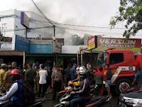 Kebakaran di Jalan Merak Jingga Medan Timbulkan Kemacetan Panjang