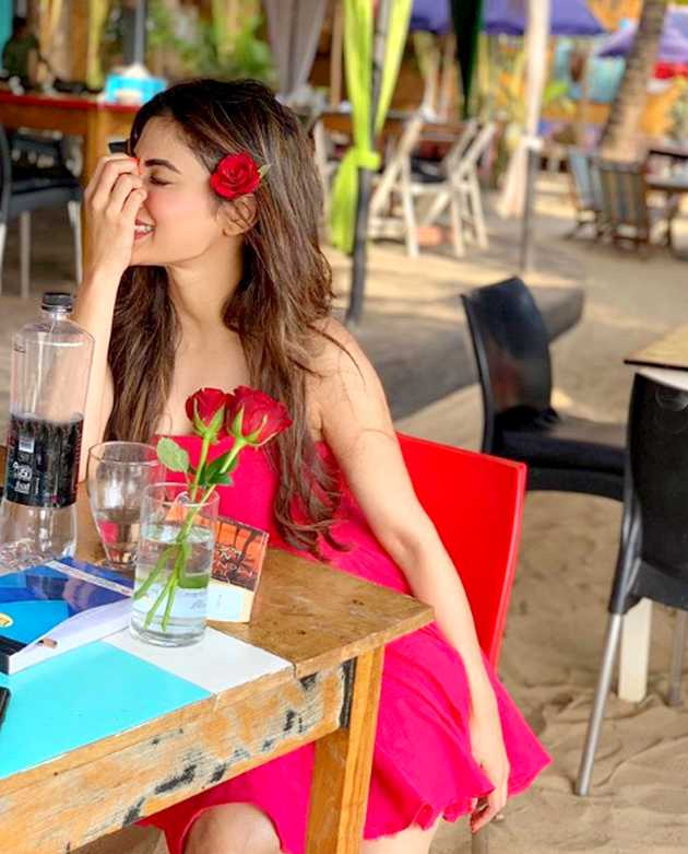mouni-roy-hot-photo-at-vacation