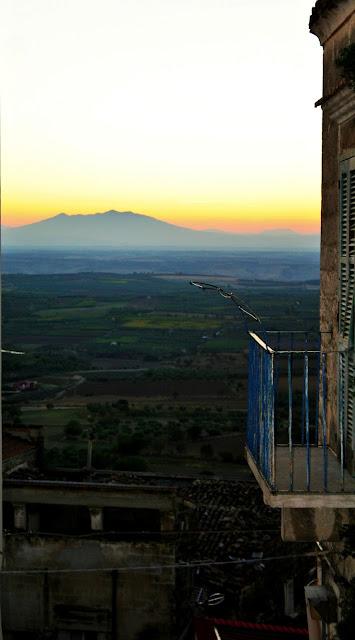 Monte, monte Vulture, tramonto, balcone, inferriata, case, cielo, sole, persianeverdi, persiane,