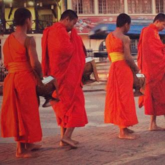 Prosesi Tak Bat, Memberi dan Menerima di Balik Dinginnya Luang Prabang